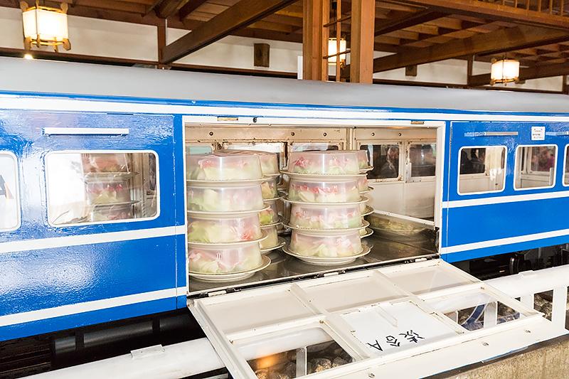 料理はD51に連結されたナハネフ22っぽい客車に積載。左右から取り出せるようになっている