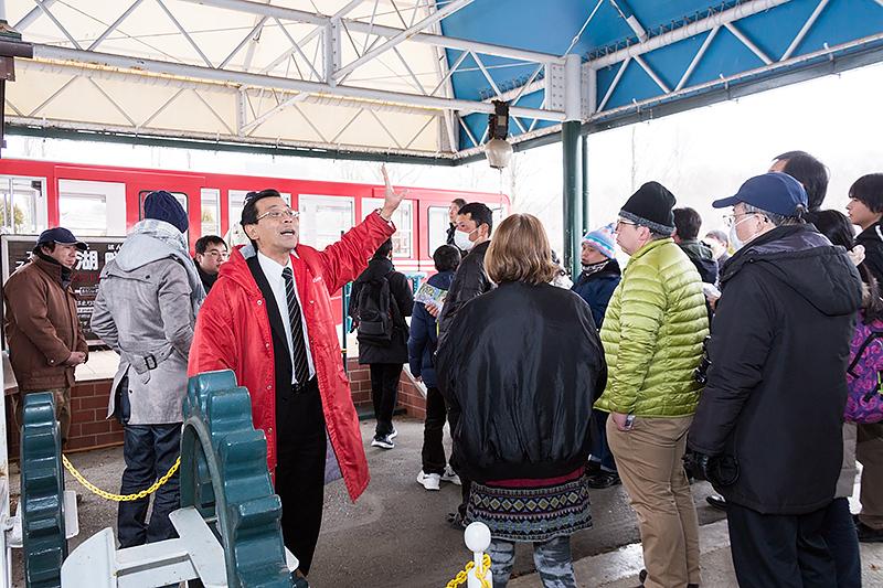 大の鉄道ファンだという那須りんどう湖レイクビュー 第二販売課長 佐藤氏による説明