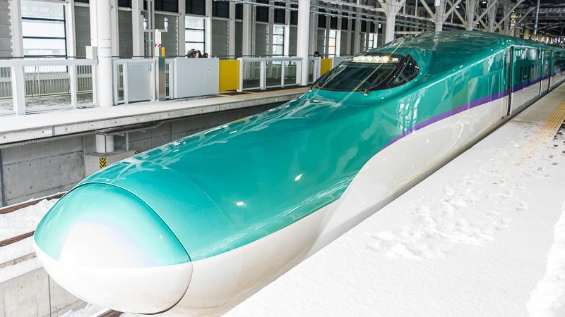 北海道新幹線のH5系車両は、外観のデザインはE5系とほぼ同じだが、車両中央部の帯がE5系の赤色とは異なり紫色