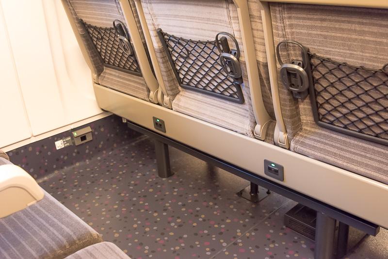 H5系では、全席でコンセントを利用できる。通路側と3列シートの中間席では前席の下部にあるコンセントを利用できる