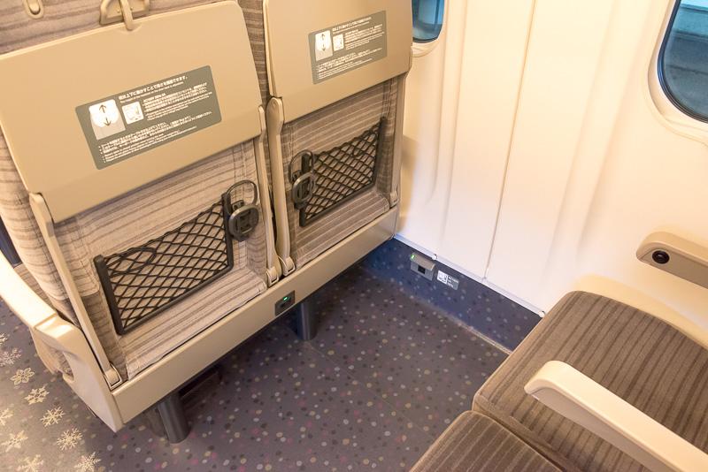 2列シートの通路側も前席の下部にあるコンセントを使用可能