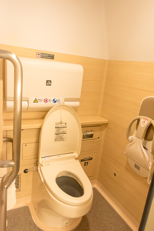 女性用トイレ。温水洗浄便座となっており、ベビーチェアやベビーベッドも備える