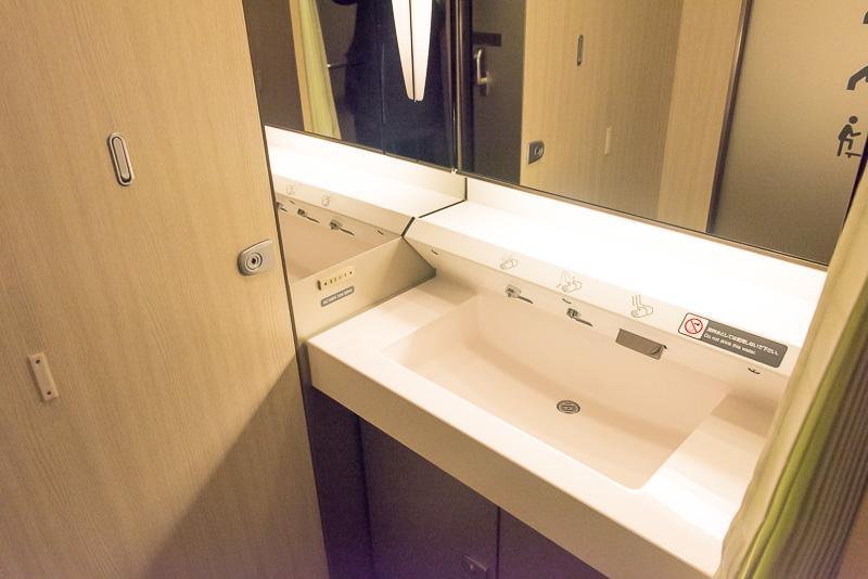 男女共用の洗面台。こちらもカーテンを装備