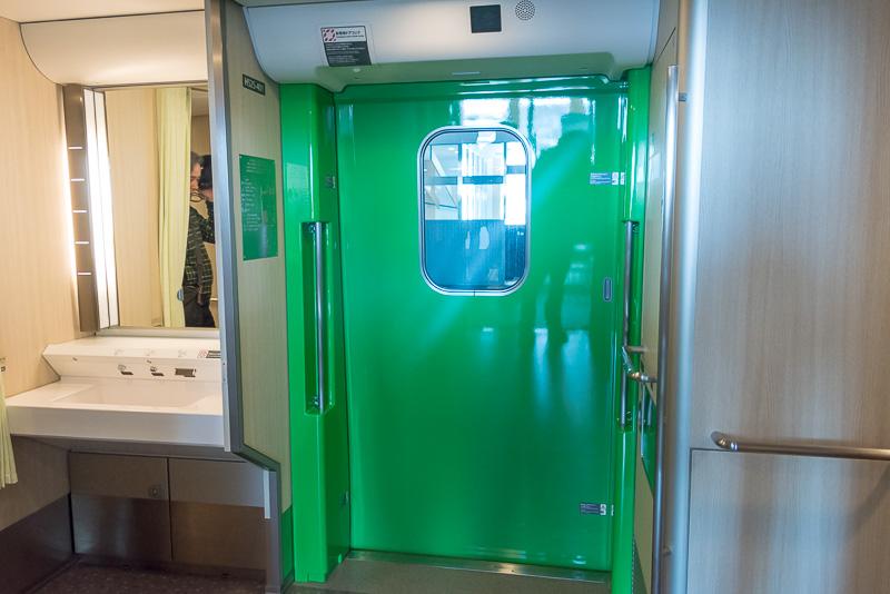 5号車と9号車のトイレ前にある扉は幅が広くなっている