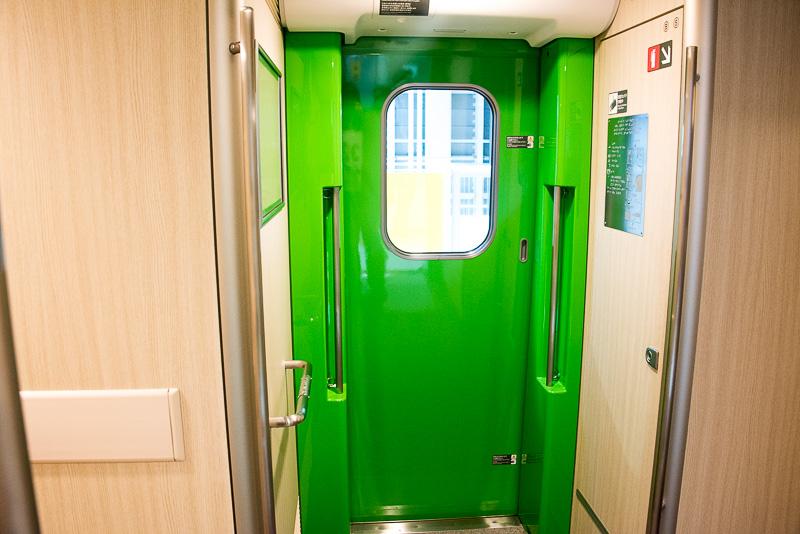 H5系は扉の色をJR北海道のコーポレートカラーである、明るい緑にしている