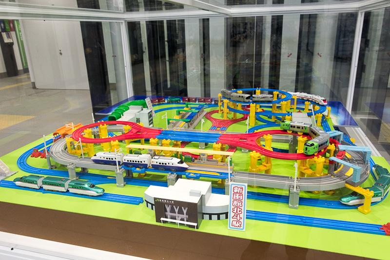 新函館北斗駅の改札前には、函館周辺をイメージしたと思われるプラレールのジオラマも展示