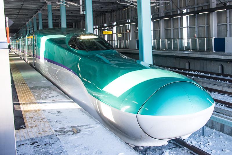 木古内駅の11番線に到着したH5系