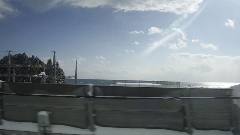 トンネルが連続する区間を抜けると、一瞬だけ津軽海峡が見える