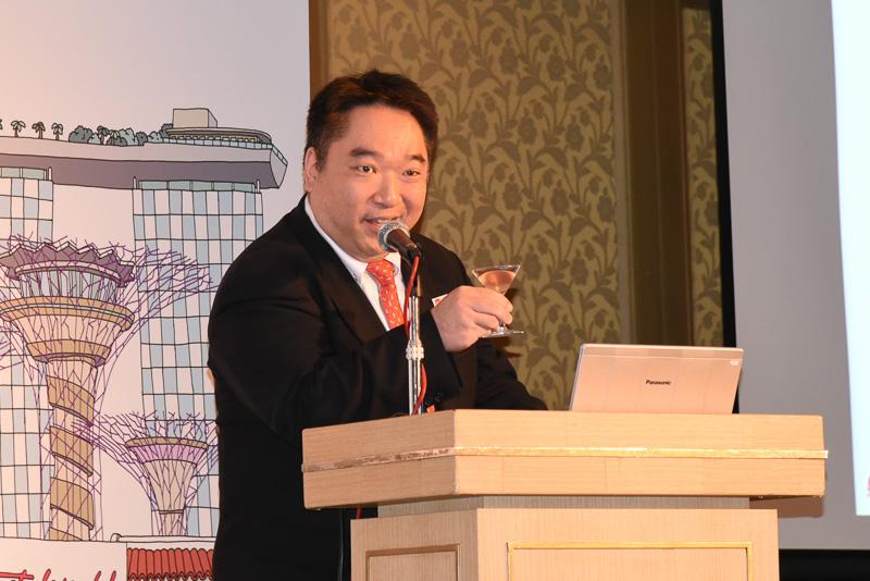 日本政府観光局 シンガポール事務所 所長 真鍋英樹氏。まずはSAKURA Slingで乾杯