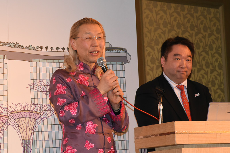 假屋崎省吾氏も登壇して、2つ設置するフラワーアレンジメントについて解説