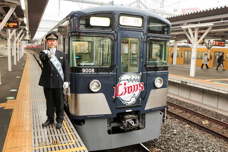1日所沢駅長に就任した埼玉西武ライオンズの田邊徳雄監督とラッピング列車「L-train」