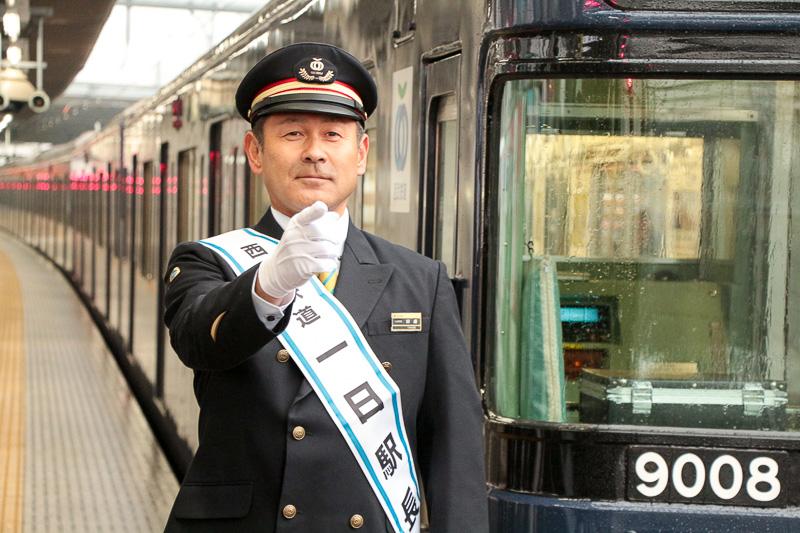 電車到着確認を行なう田邊監督