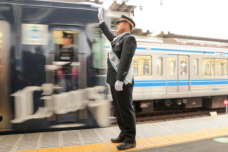 L-trainの出発を見送る田邊監督
