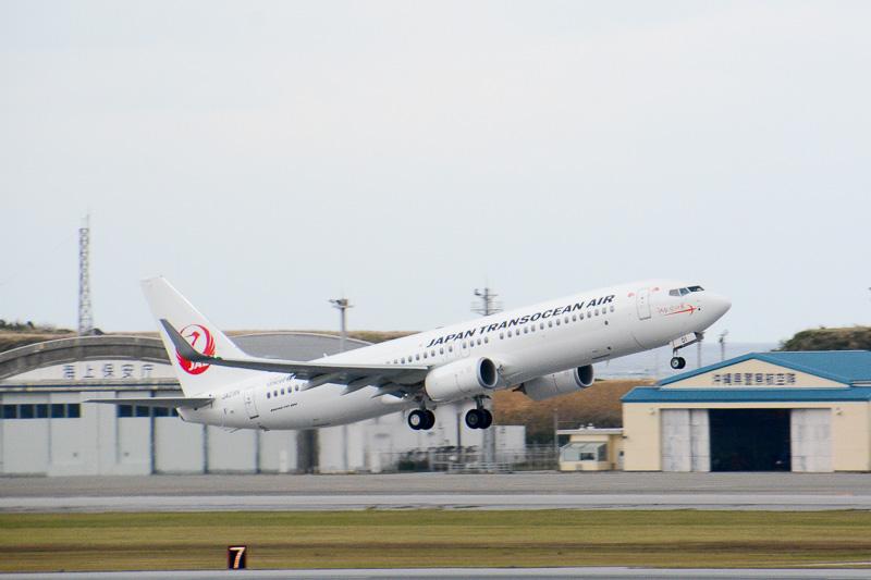 日本トランスオーシャン航空の新機材、ボーイング 737-800型機が那覇空港から初めて離陸