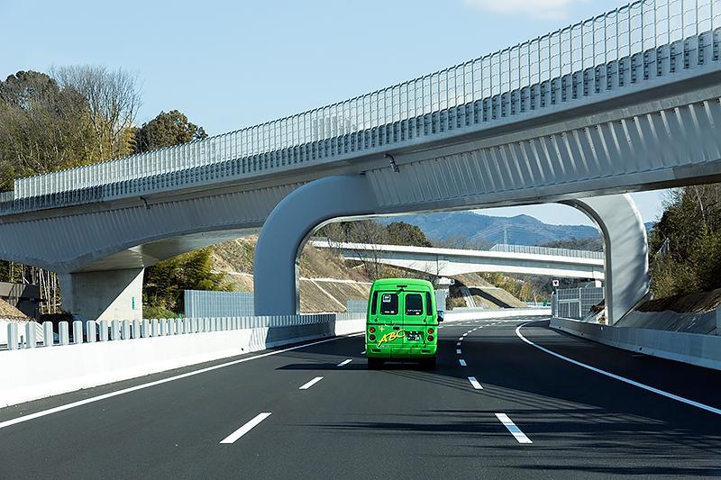 豊田東JCT付近。横切っているのは東海環状自動車道への分岐