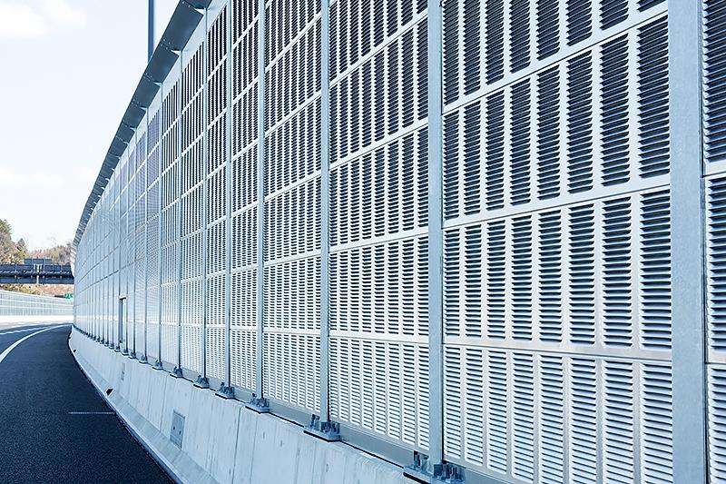東京方面に向いて右側は金属製の遮音壁