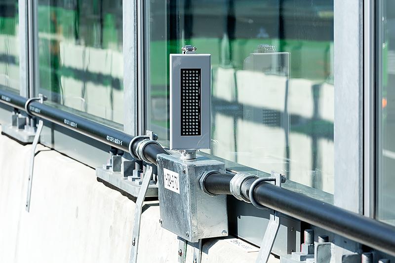 側壁には霧発生時にドライバーの視線を誘導する「自発光デリニエーター」を配置。灯火色は緑