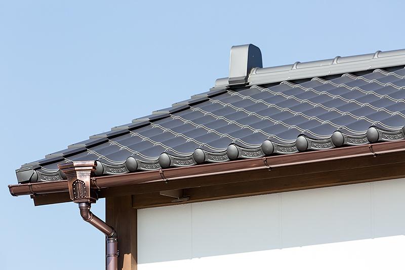 屋根は黒瓦風、雨樋は銅板風の仕上げ