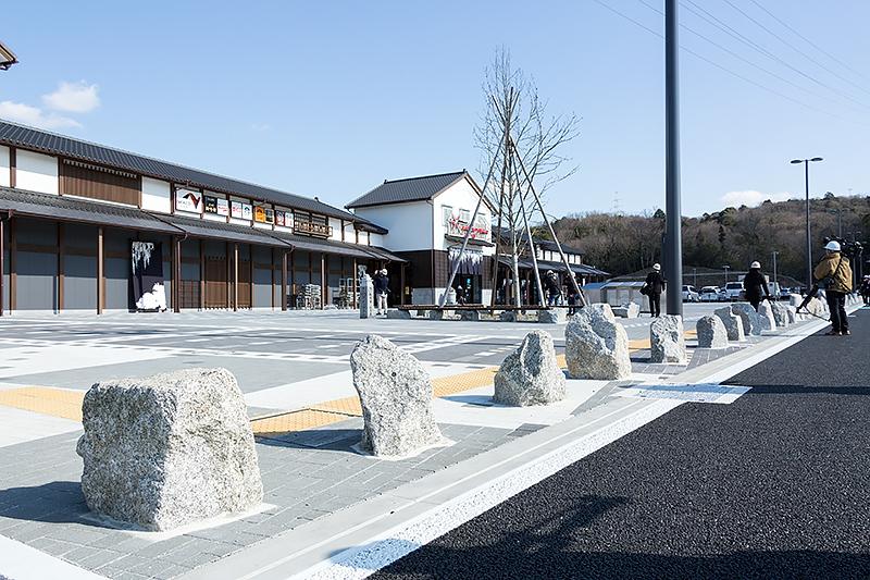 車道と歩道には段差がなく境界部には工事により出土した石を利用