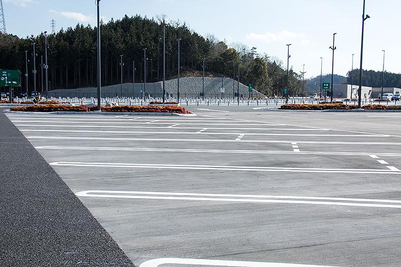 混雑時には一般車も駐車できるように分割線が引かれている