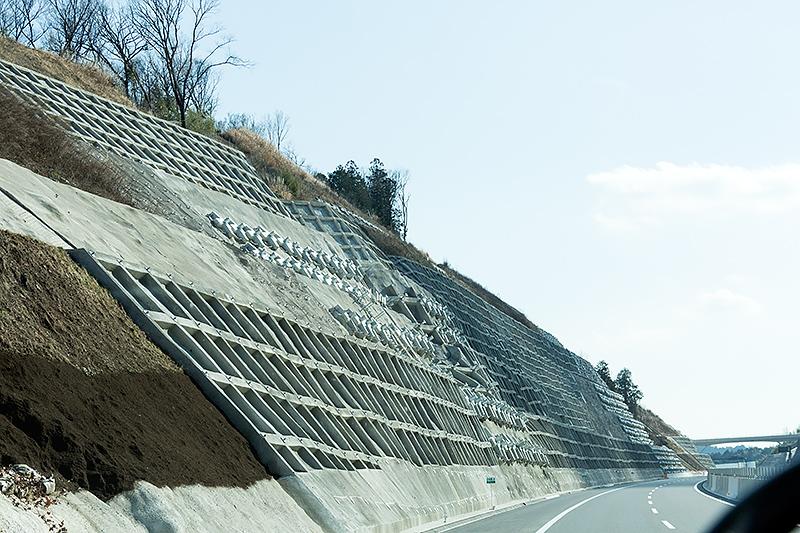 新青木川橋に向かう途中に2014年2月に崩落したのり面がある。「のり枠」や「グランドアンカー」による対策が実施されている