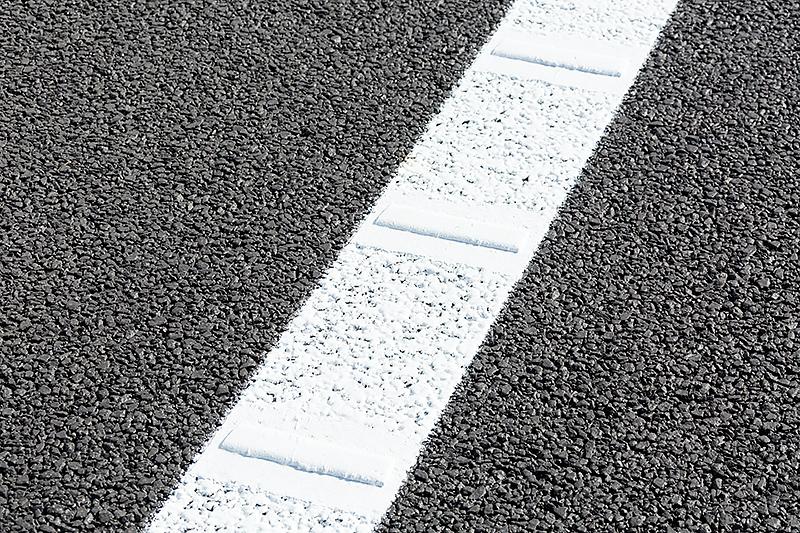 路肩の白線にはドライバーに逸脱を知らせるギャップが設けられている