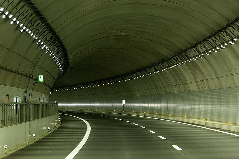 トンネル内はLEDを使った「プロビーム照明」。進行方向側を照らすため明るく、まぶしさも抑えられている