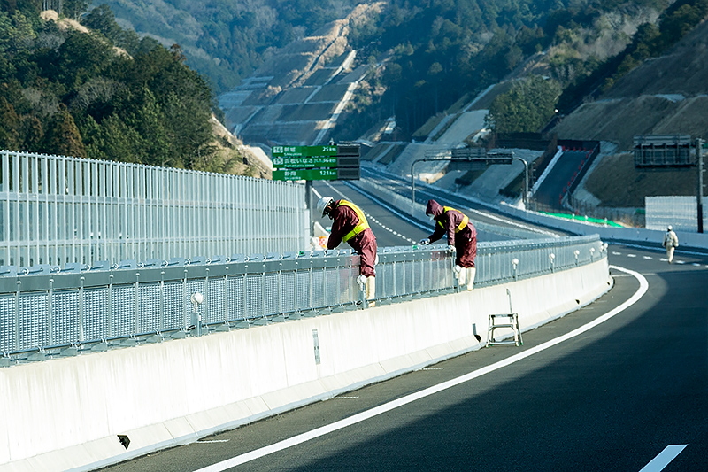 岡崎東ICから浜松いさなJCT方面へ。まだ一部で工事が続けられていた