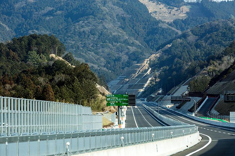 岡崎ICの先にある直線区間。新東名高速道路では高低差を抑えるために切り通し部分が多くなっている