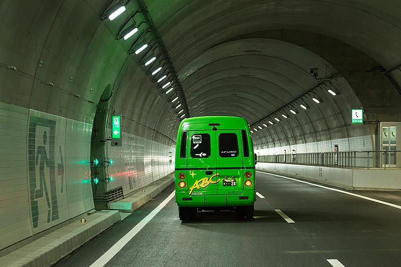 トンネル内は上下線の中央側に非常口が設けられている(この区間は逆走中)