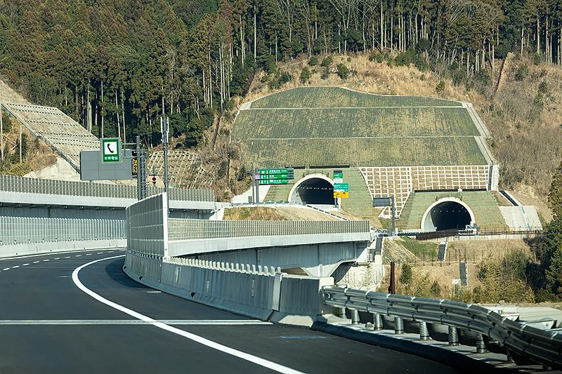 雁峰(がんぼ)第二、雁峰第一トンネルを抜けると間もなく設楽原