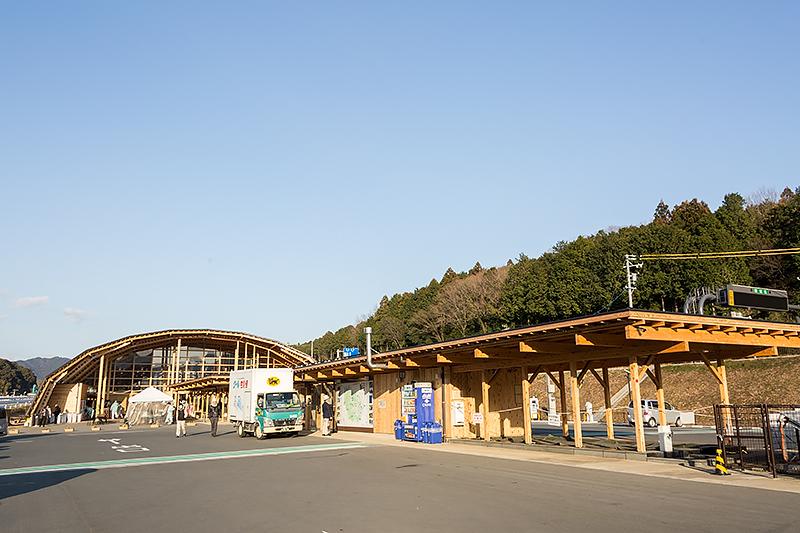 新城IC出口には足湯などが楽しめる道の駅「もっくる新城」がある