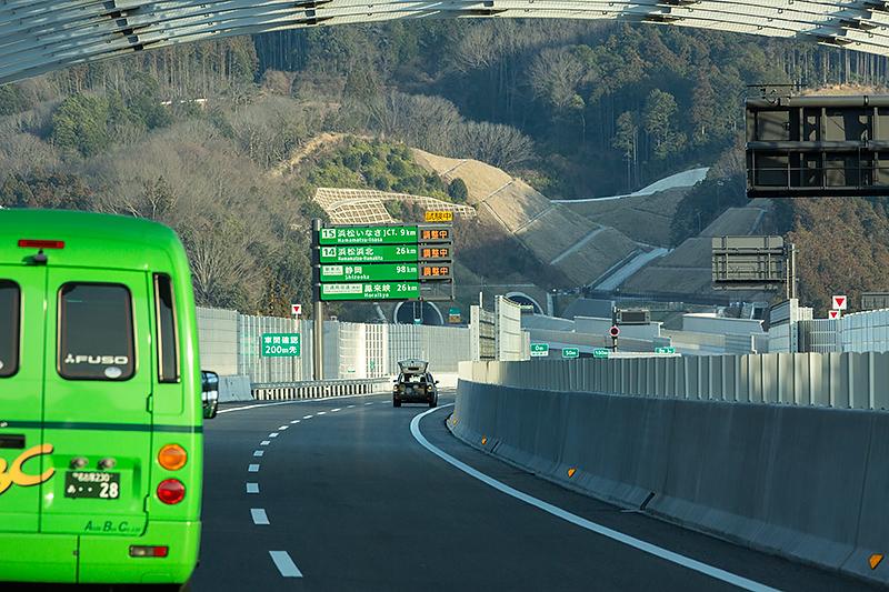 新城ICを過ぎるとJR飯田線のSカーブを真横に突っ切る。左手に長篠城址がある