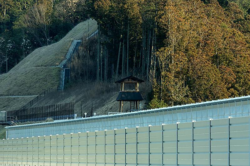 乗本トンネルに入る手前で道路脇に物見櫓が見える。ここに登れば長篠城址を一望できそう