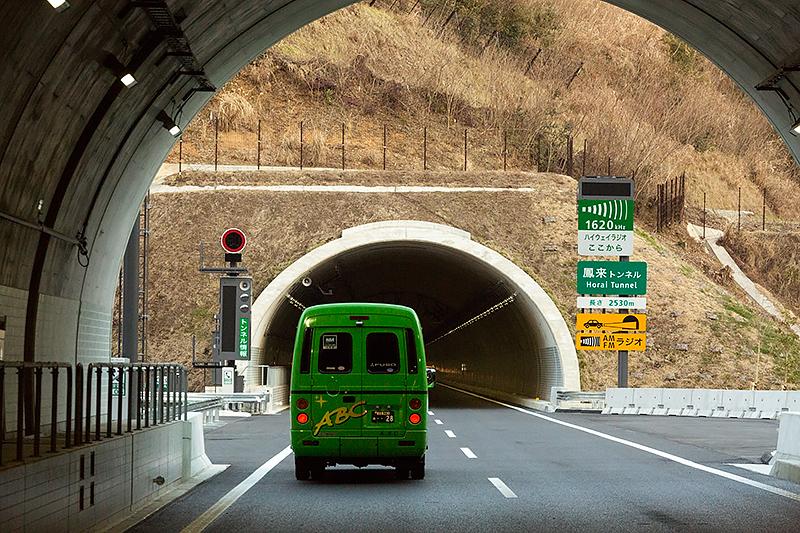 乗本トンネル出口のすぐ後に開通区間で最長となる鳳来トンネルがある。長さは上りが2513m、下りが2464m