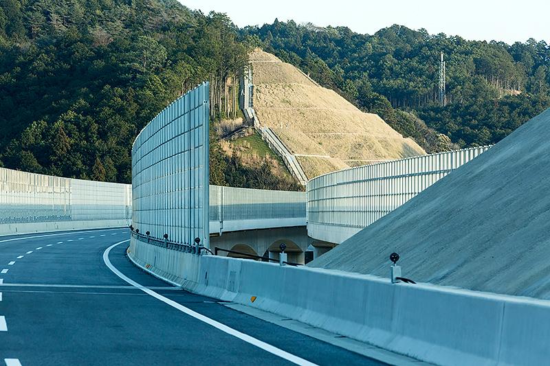 鳳来トンネル出口周辺は高い遮音壁に囲まれている