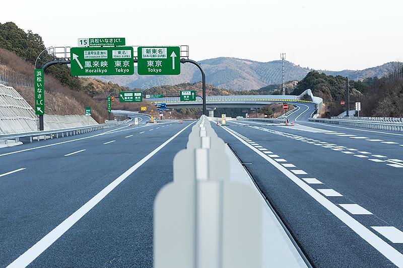 ジャンクションから東京方面を望む。横切っている三遠南信自動車道は見えない
