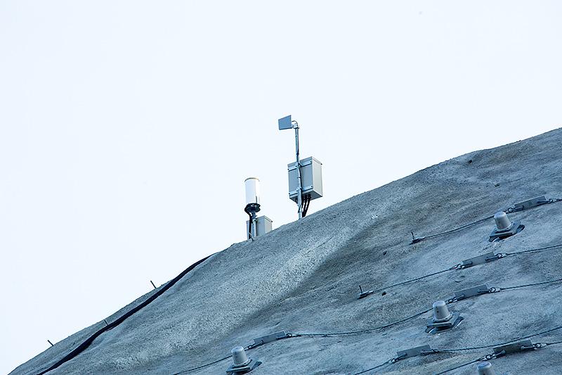 上部にある気象観測装置