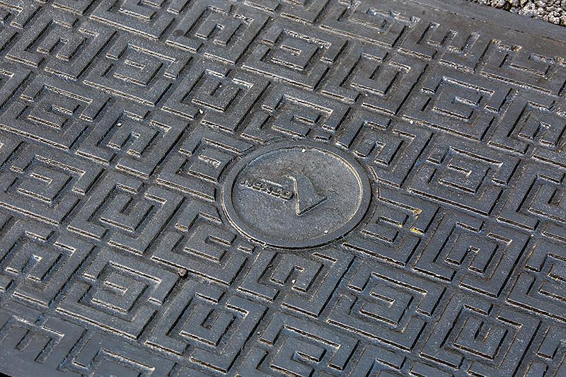 排水路(?)の蓋にはNEXCOの文字が入っている