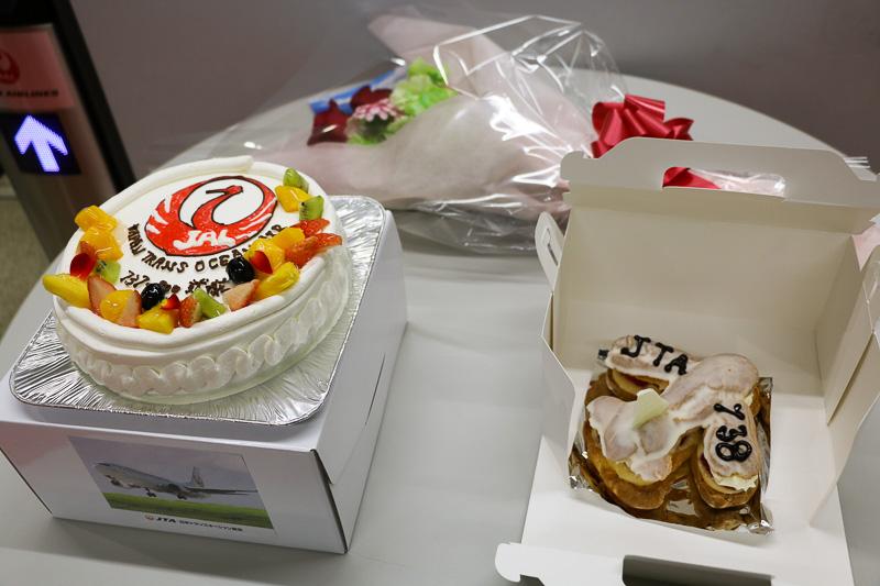 乗客から贈られたケーキや花束