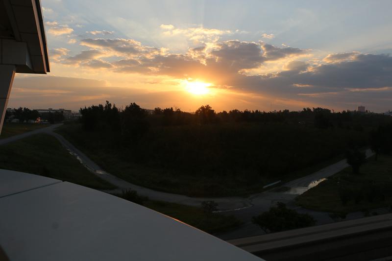 ゆいレール「那覇空港駅」のホームから見た朝日(7時40分頃)。この日の那覇の日の出は7時8分。天気にも恵まれ、機上からは素晴らしい朝日が見えたことだろう