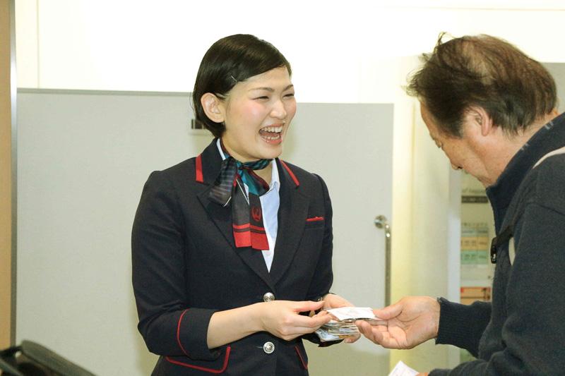 常に笑顔を絶やさないJALのグランドスタッフ。空の旅に出発する利用者も和んでいた