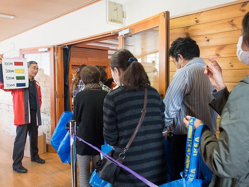 午前、午後の2部制で、午前の部では9時のオープン数時間前から並んでいた人もいたそうだ
