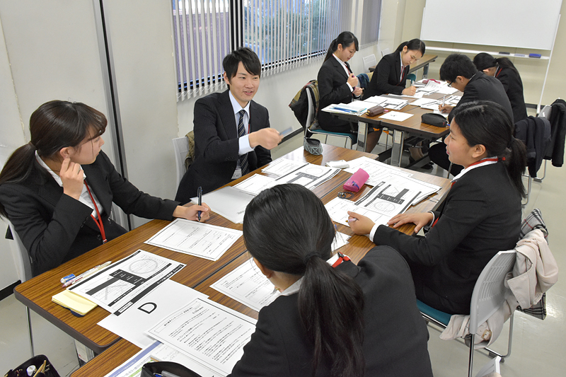 次のステップは共有。各自が書いたシートの情報をグループで共有していく