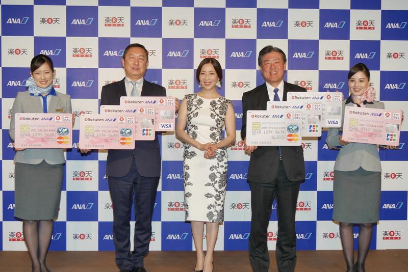 楽天の穂坂雅之氏、ANAの志岐隆史氏、女優の真矢ミキさん、そしてANAのCA(客室乗務員)による記念撮影