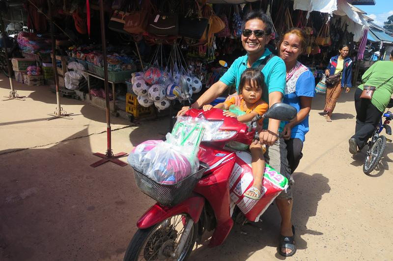 国境の町で買い出しをする親子