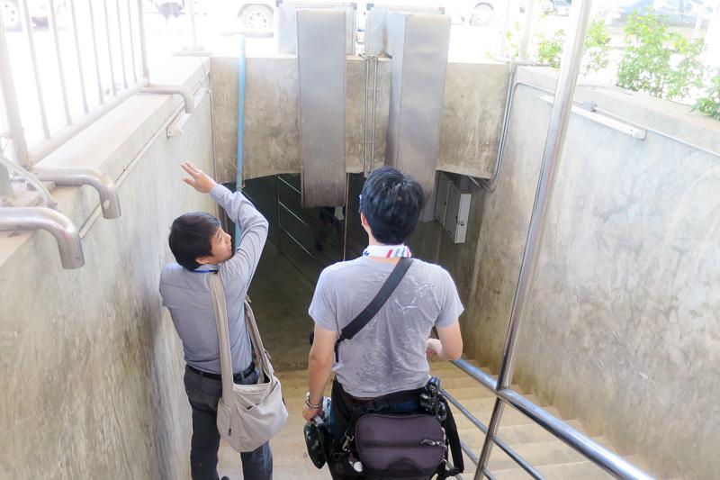 ここから地下トンネルでラオスへ。真ん中にはくぐり抜けられそうな心許ない柵