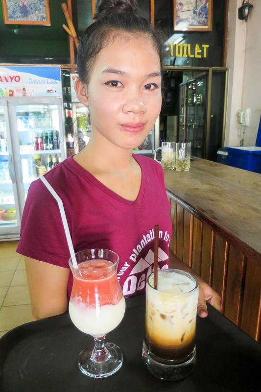 デルタ・コーヒーのかわいい店員さん。イチゴミルクが人気