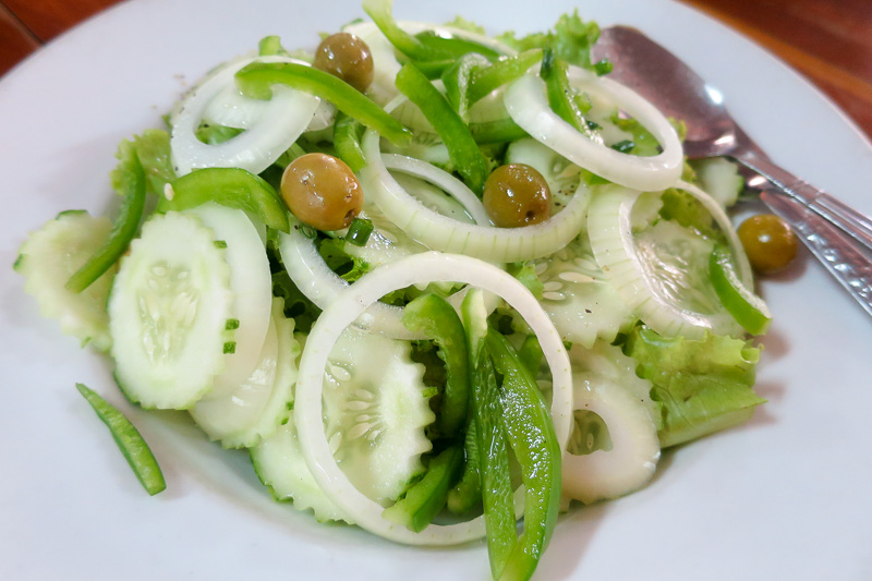 グリーンサラダやボリュームたっぷりのラザニア。辛いものに飽きたときはぜひ