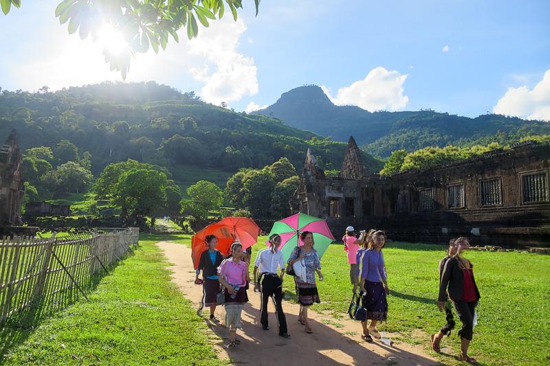 宮殿が見えてきた。大きな日傘をさして歩く観光客